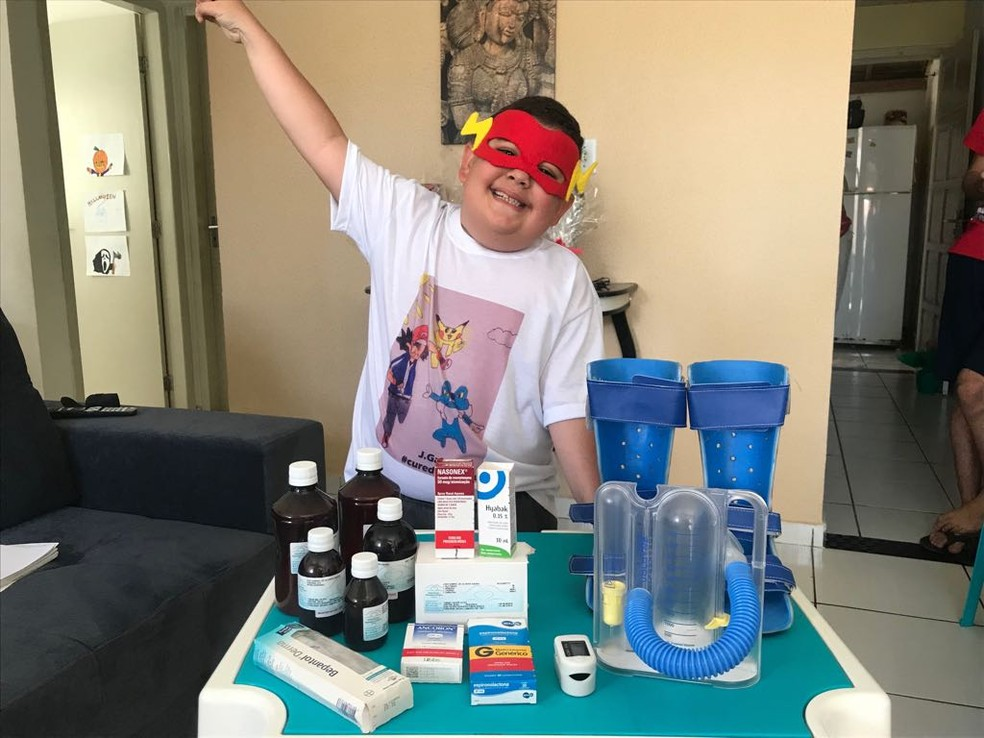 João Gabriel utiliza vários medicamentos para retardar a Distrofia Muscular de Duchenne (DMD) — Foto: Michelle Farias/G1 AL