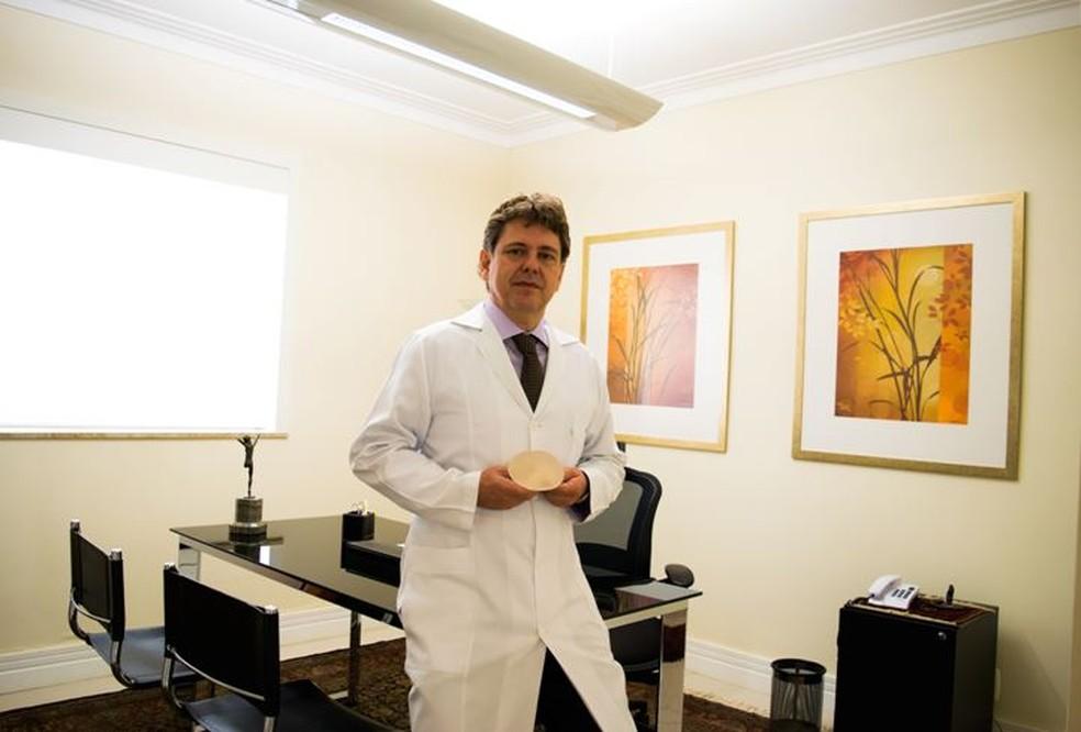 O cirurgião plástico Eduardo Keppke visita pacientes nos hotéis após cirurgias (Foto: Divulgação)