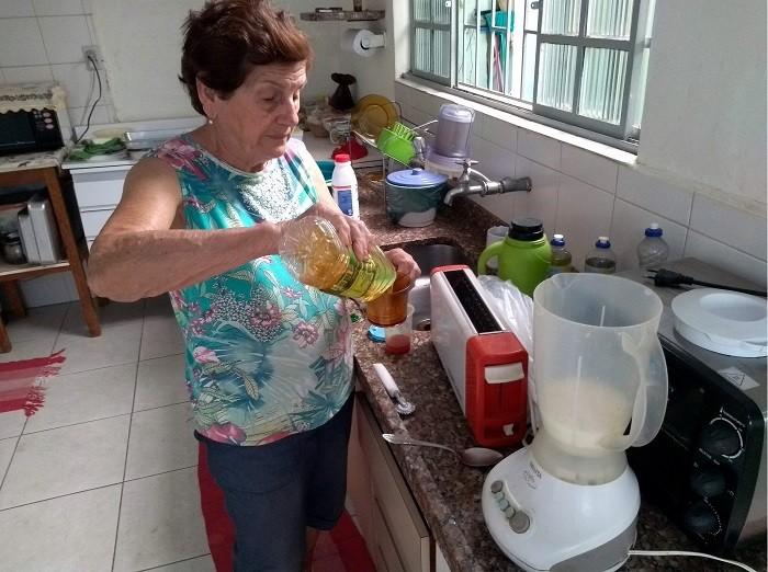 Dona Dirce em Penápolis, no processo de fazer uma leva de palitinhos