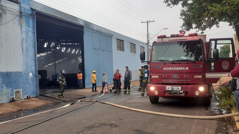 Bombeiros conseguiram controlar incêndio no barracão de fábrica em Pederneiras (SP) — Foto: Marco Previdello/ TV TEM