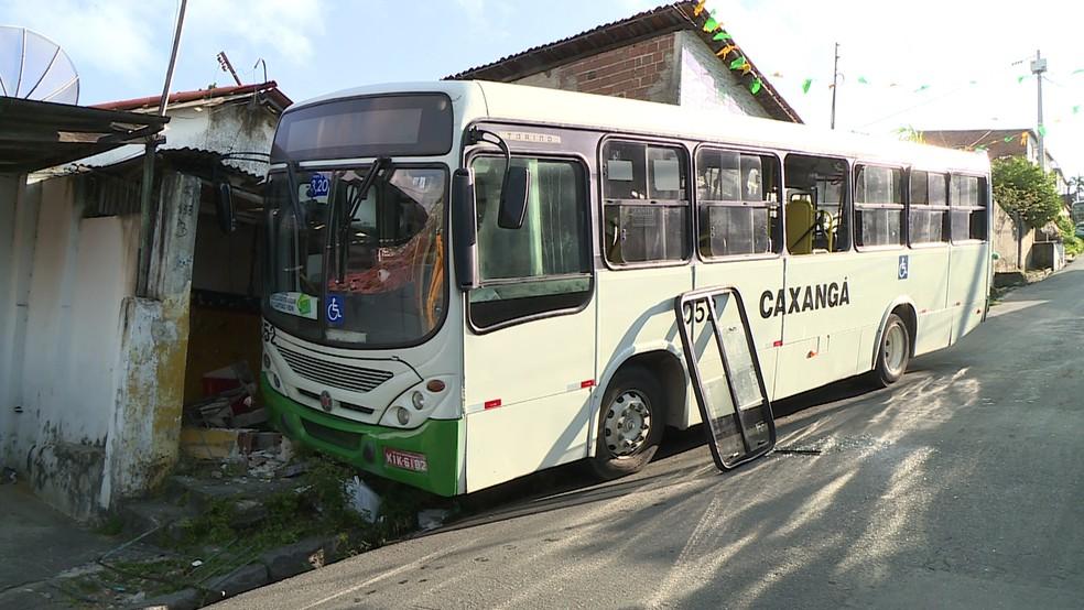 Ônibus bateu em uma casa na ladeira que leva ao Alto Nova Olinda, no Grande Recife (Foto: Thiago Guimarães/TV Globo)