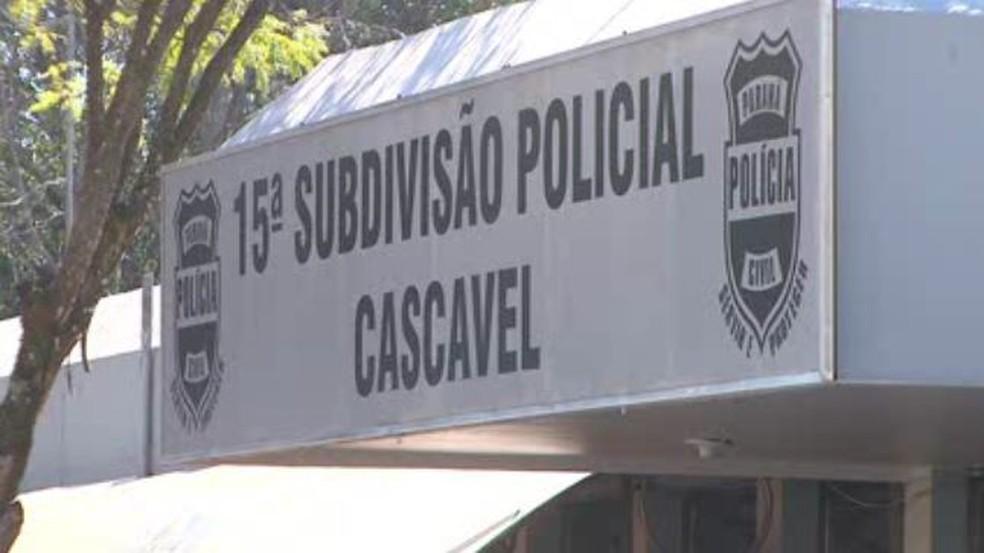 Suspeitos assaltam família usando distintivos policiais (Foto: Reprodução/RPC)