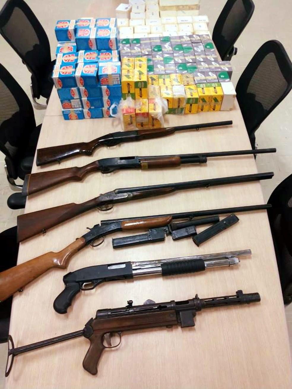 Armas e munições foram apreendidas dentro de residência, em Peruíbe, SP — Foto: G1 Santos