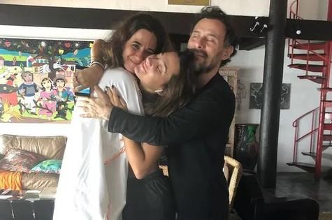 Elena entre Mariana Lima e Enrique Diaz (Foto: Reprodução)