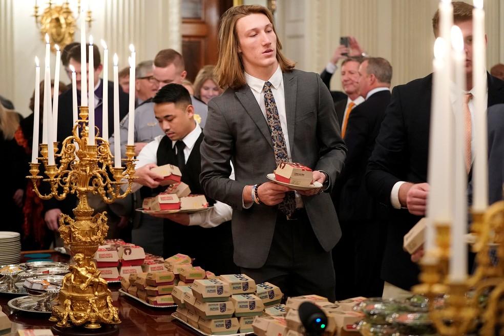 Vestidos de terno e gravata, atletas jantaram hambúrguer na Casa Branca — Foto: Joshua Roberts/Reuters