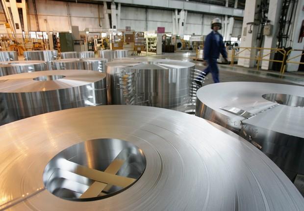 Bobinas de alumínio em fábrica da Alcoa Indústria (Foto: Getty Images)