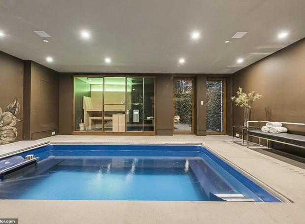 A casa conta com uma piscina interna aquecida (Foto: Realtor/ Reprodução)