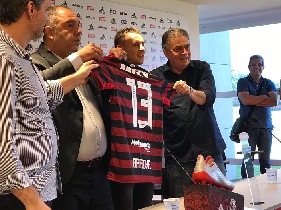 Rafinha recebeu a camisa 13 do Flamengo — Foto: Cahê Mota