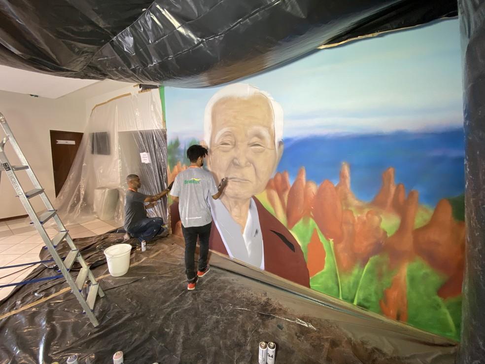 Molão e Mazola Marcnou foram os artistas convidados para recriarem a imagem do Sr. Shunji Nishimura — Foto: Jacto Agrícola/Divulgação