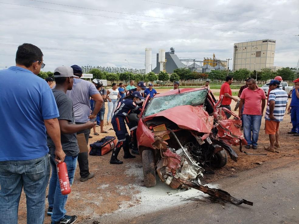 Batida entre carro e caminhonete aconteceu nesta quarta-feira (27), na BR-242, no oeste da Bahia — Foto: Sigi Vilares