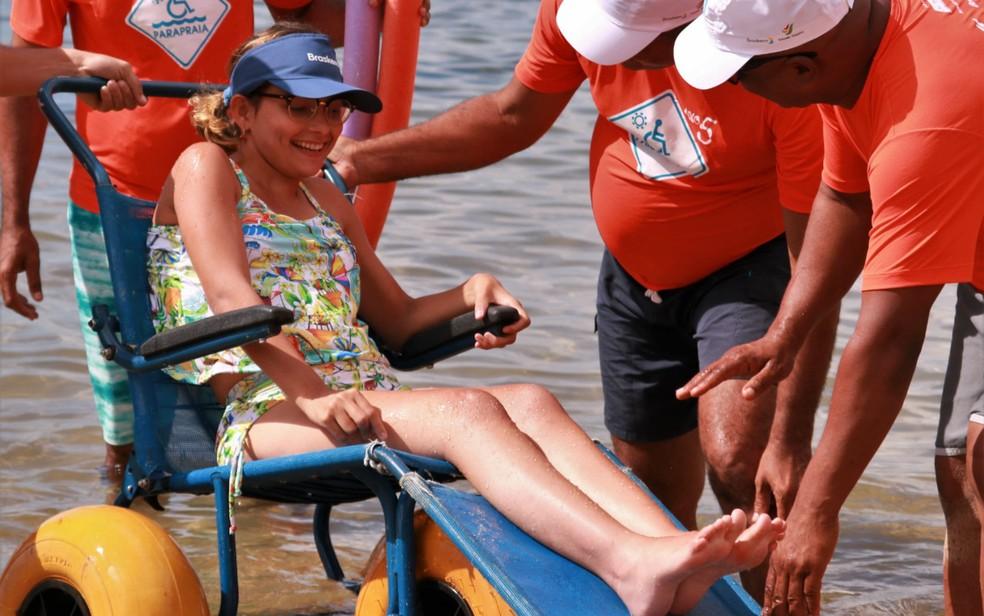 Deficientes físicos e pessoas com mobilidade reduzida têm banho de mar assistido em Salvador — Foto: Divulgação/Assessoria