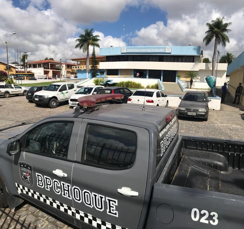 PM fez busca e apreensão na prefeitura de Macaíba nesta quarta (1) (Foto: Kléber Teixeira/Inter TV Cabugi)