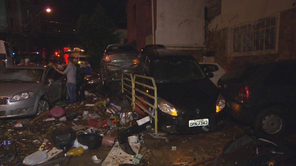 Após o temporal, carros e lixo ficaram amontoados em rua do Prado, na Região Oeste (Foto: Reprodução/ TV Globo)
