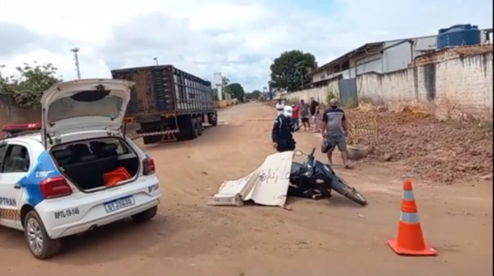 Caminhão passa por cima de motociclista e mulher morre no local em Porto Velho — Foto: WhatsApp / Reprodução