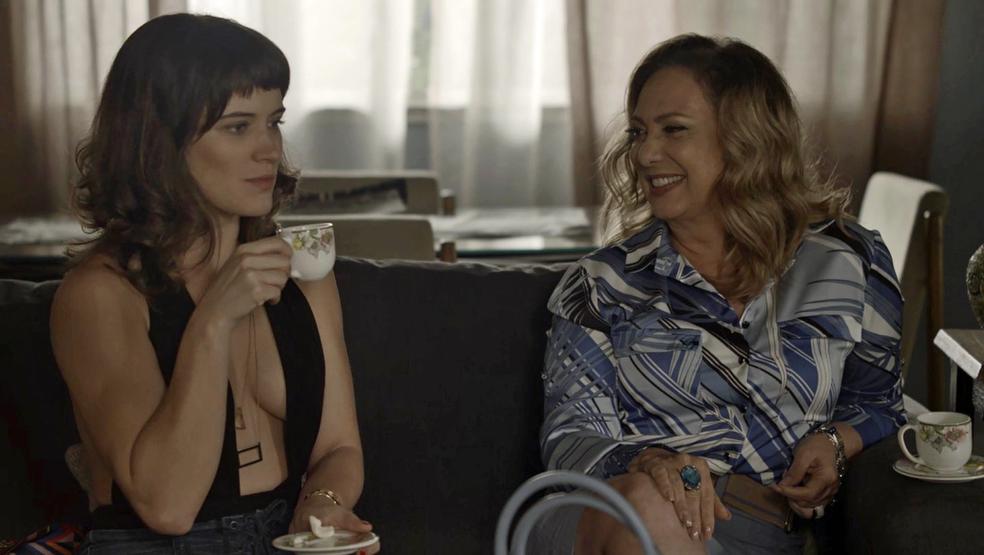 Clara convida Nádia para ir a Pedra Santa (Foto: TV Globo)