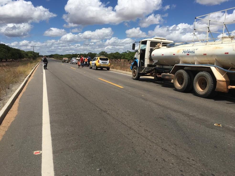 Motociclista morre após colidir em caminhão pipa em Serra do Mel — Foto: DPRE