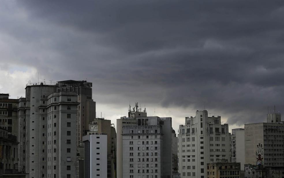 Nuvens carregadas encobrem o centro de São Paulo durante a tarde desta sexta-feira (4) — Foto: NELSON ANTOINE/ESTADÃO CONTEÚDO