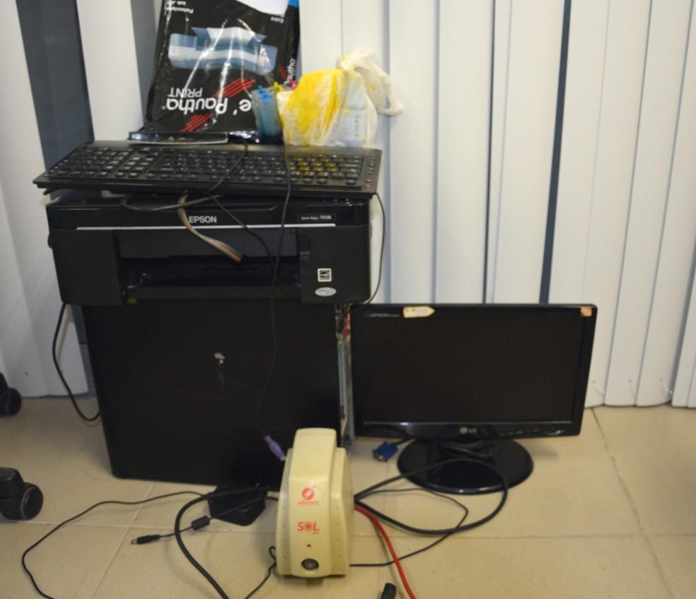 Equipamentos de informática também foram apreendidos com homens que estavam com notas falsas no Recife (Foto: Polícia Federal/Divulgação)