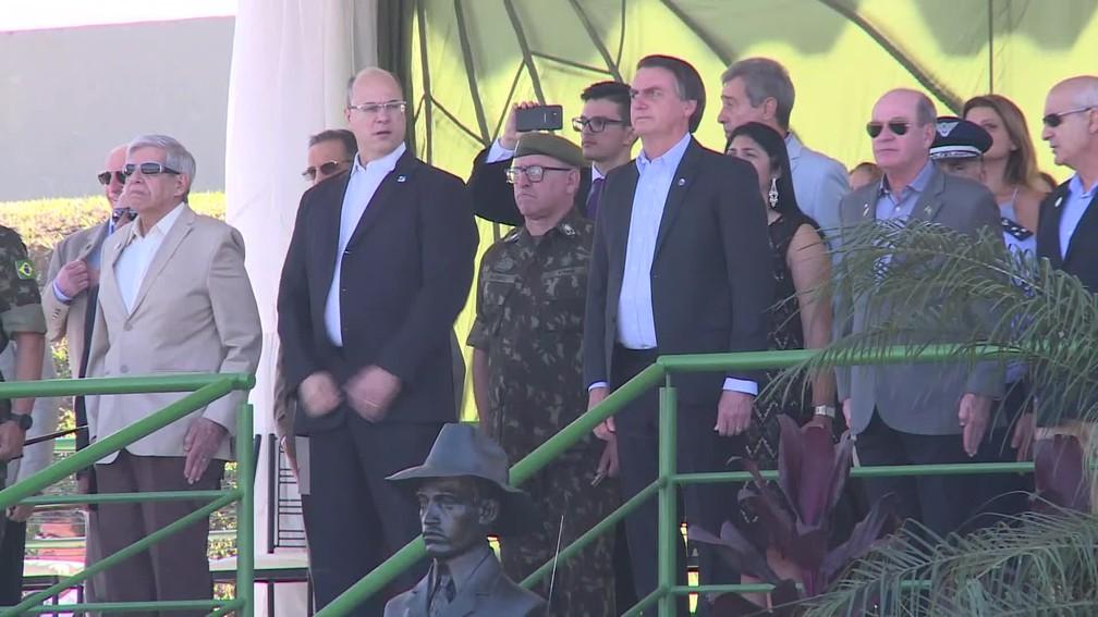 Witzel e Bolsonaro em evento na Vila Militar do Rio neste sábado (27) — Foto: Reprodução/GloboNews