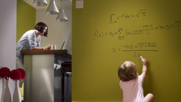 Psicólogos dizem que as crianças devem ter apoio para ir atrás de coisas que as interessam (Foto: Getty Images via BBC News Brasil)