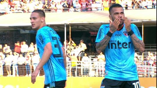Assista: Daniel Alves aproveita jogada, domina na área e marca na estreia