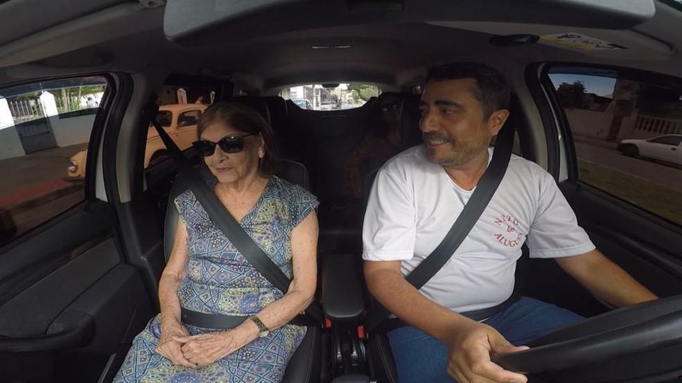 Dona Lecyr sempre é acompanhada por Aloísio até as sessões de fisioterapia (Foto: Reprodução/TV Gazeta)
