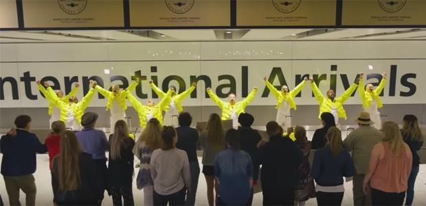 Funcionários de aeroporto prestam homenagem a freddie Mercury (Foto: Reprodução/20th Century Fox UK)