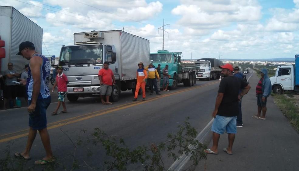 Caminhoneiros interditam BR-316 em Ouricuri. (Foto: Carlos Luíz Camargo)