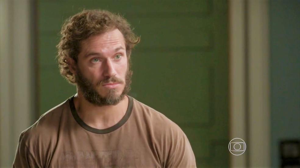 Dino (Paulo Rocha) ordene que Eliza (Marina Ruy Barbosa) lhe dê todo o prêmio do concurso — Foto: TV Globo