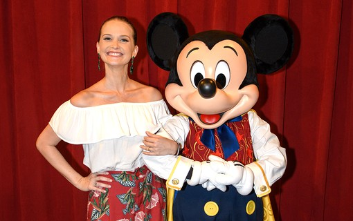 Fernanda Rodrigues com Mickey no Town Square Theater Disney´s Magic Kingdom
