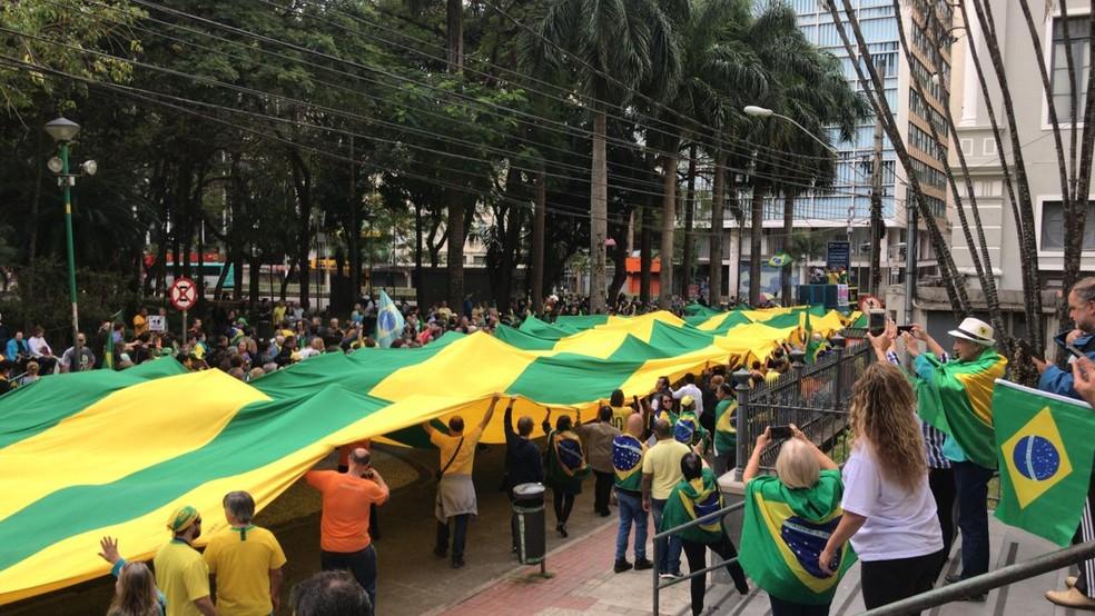 JUIZ DE FORA, 11h30: participantes iniciam caminhada pelo calçadão — Foto: Telma Elisa/G1