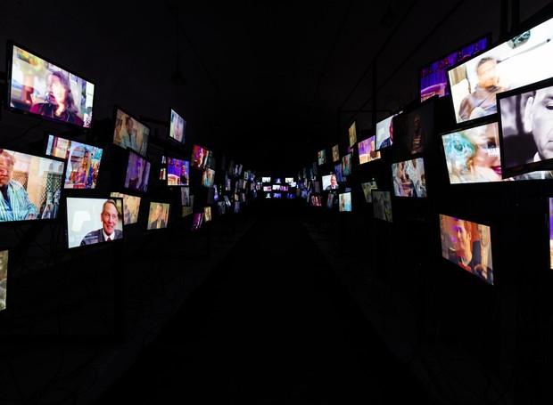 Posicionados em forma de passarela, os televisores fazem com que os espectadores sintam-se observados e julgados  (Foto: Jan Willem Kaldenbach/ Divulgação)