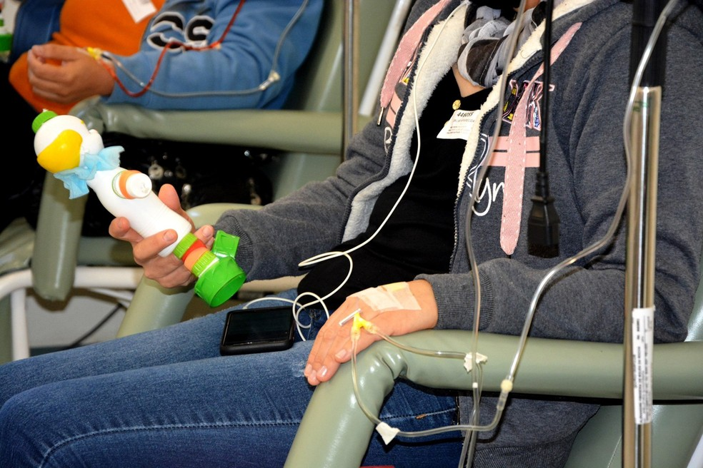 Palhaços recicláveis foram entregues aos pacientes do ambulatório de oncologia no HC de Botucatu — Foto: HCFMB/Divulgação