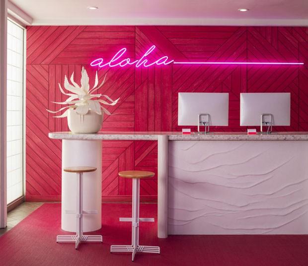 Hotel havaiano ganha cores neon (Foto: Adam Kane Macchia/Reprodução)