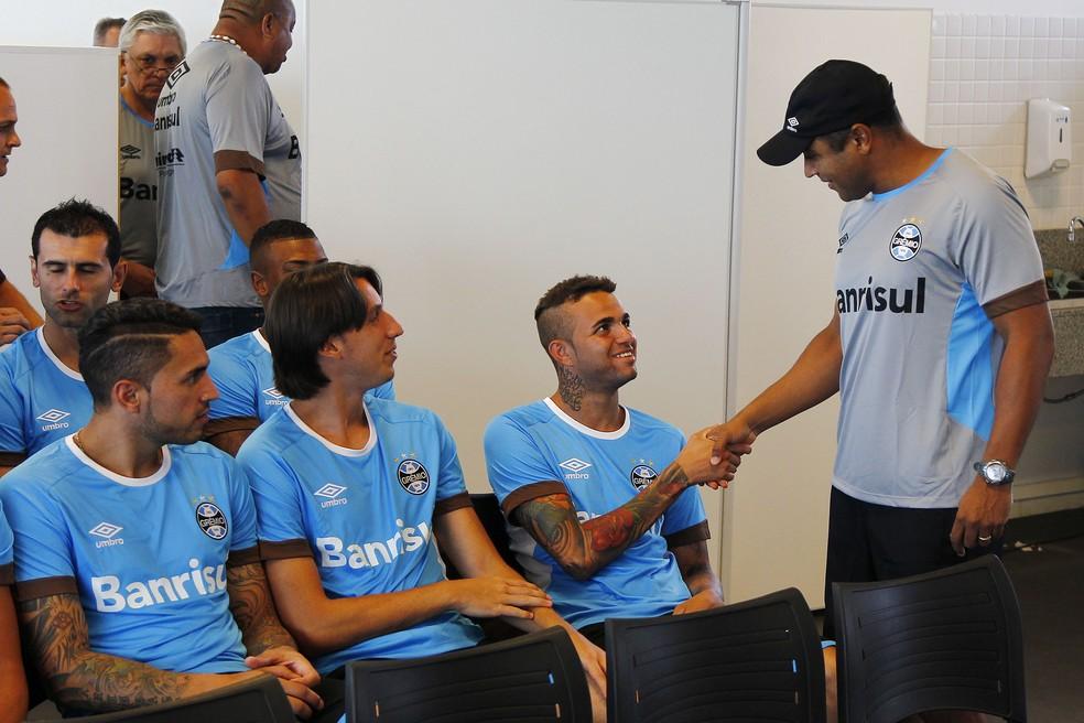 Roger cumprimenta Luan e Geromel, dois dos pilares do Grêmio de Renato (Foto: Lucas Uebel/Grêmio)