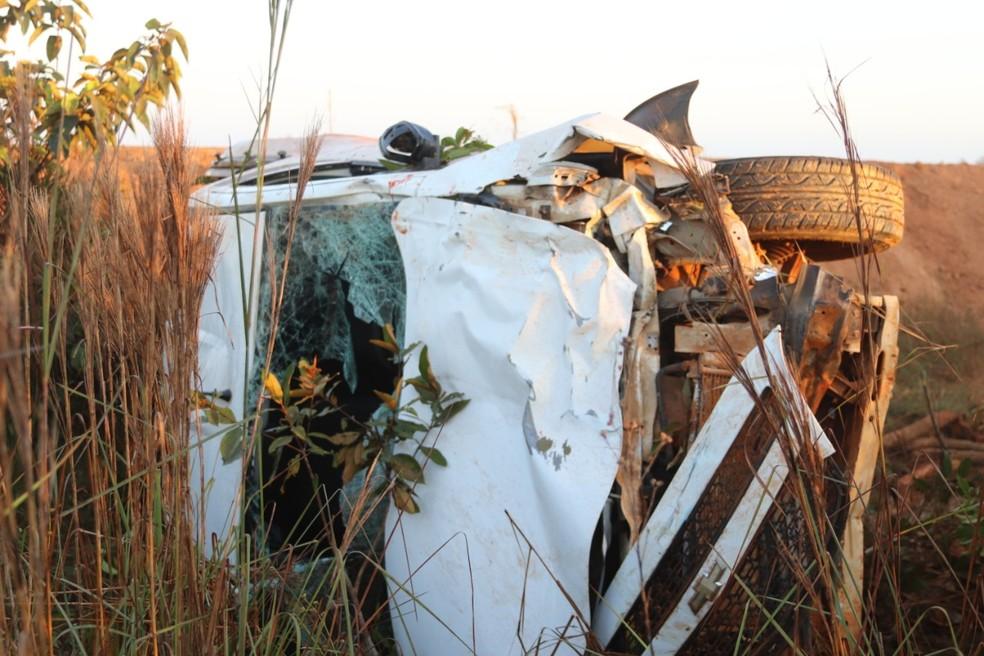 Carro de suspeitos capotou em estrada após atropelamento das vítimas. — Foto: Lucas Lobo/Rede Amazônica