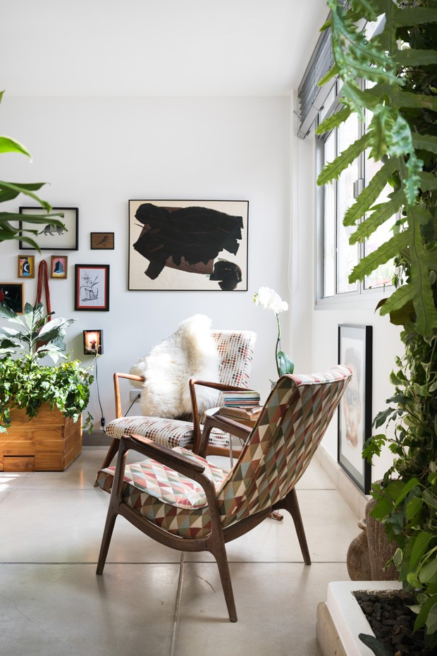 Um apartamento com móveis e objetos cheios de histórias (Foto: Lufe Gomes)