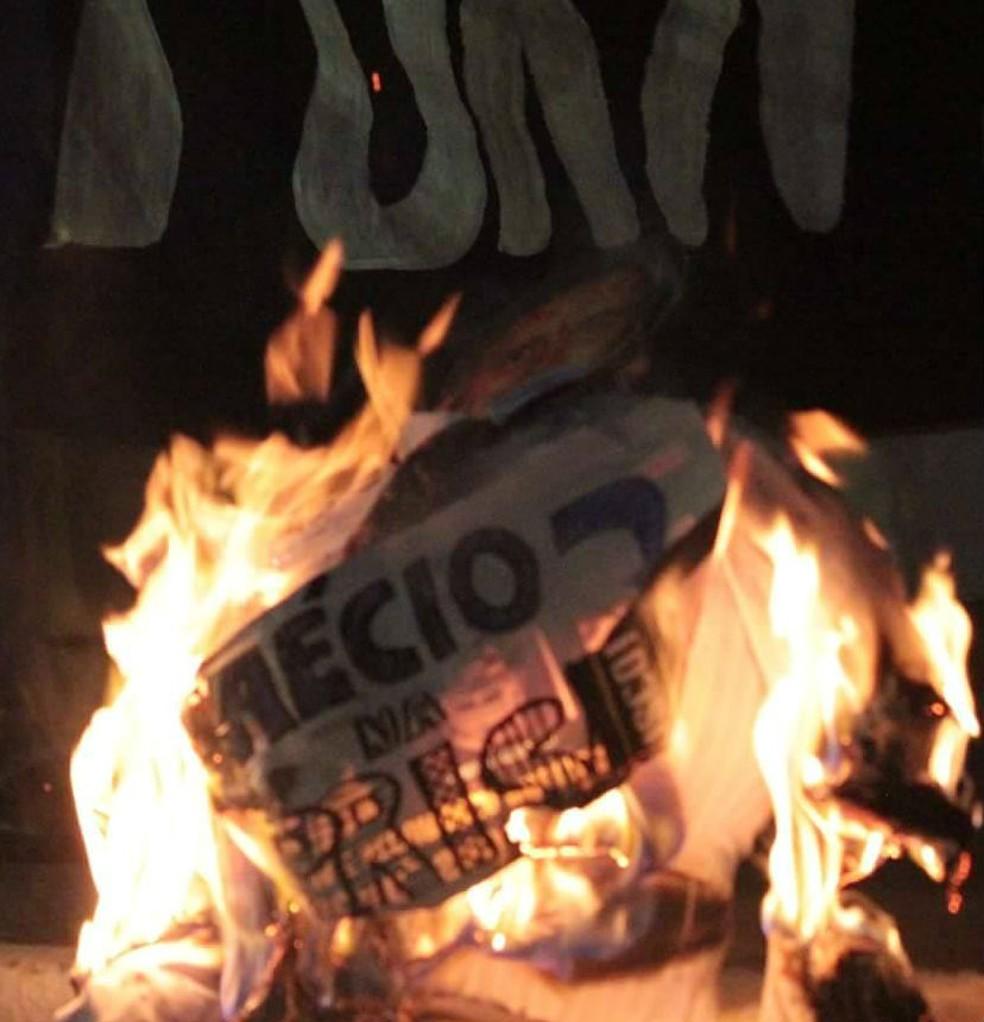 Manifestantes queimaram boneco de Aécio Neves em São João del Rei (Foto: Vertentes Agência de Notícias da UFSJ)