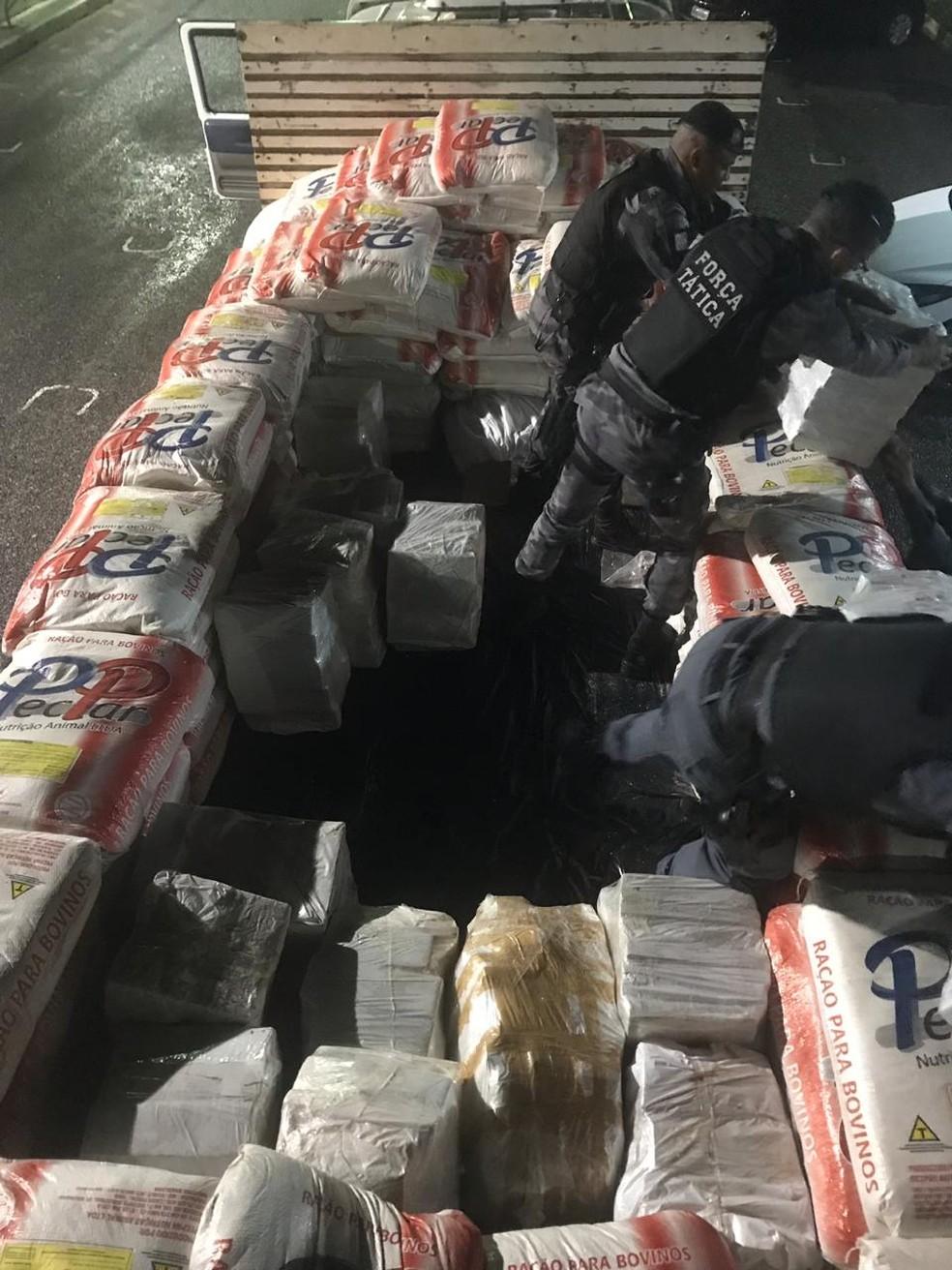 Droga estava escondida em ração para gado — Foto: Polícia Militar de Barra do Garças/Assessoria