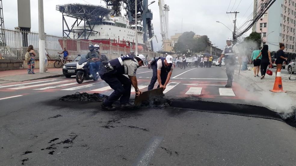 Guarda Municipal retira material usado para fechar pista em protesto contra a soltura de pastora — Foto: Chico Calente/ G1
