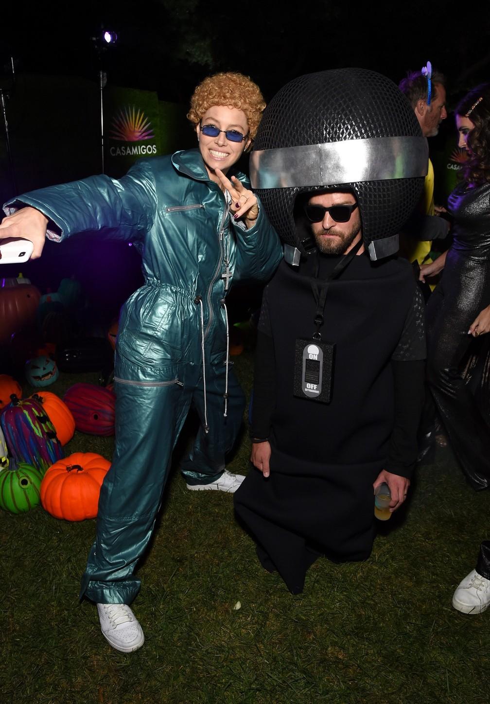 Jessica Biel se vestiu como o marido Justin Timberlake nos tempos da banda NSYNC, já o cantor se vestiu de microfone para o Halloween — Foto: Reprodução/Instagram/JessicaBiel