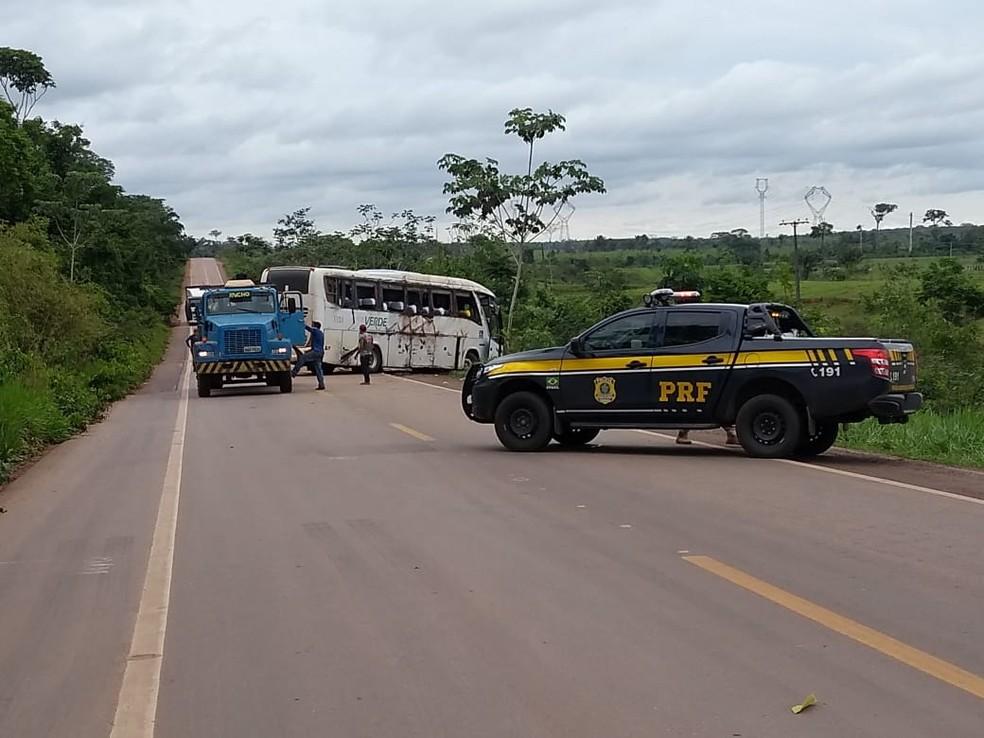 Ônibus tombou e ao menos 21 pessoas ficaram feridas  — Foto: Aline Vieira/Rede Amazônica Acre