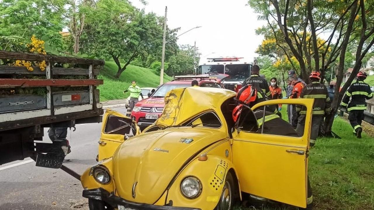 Jovem fica ferido após acidente entre carro e caminhão em São José