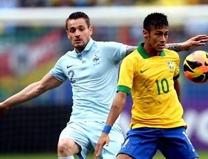 neymar brasil Debuchy frança amistoso arena do grêmio (Foto: Jefferson Bernardes / Vipcomm)