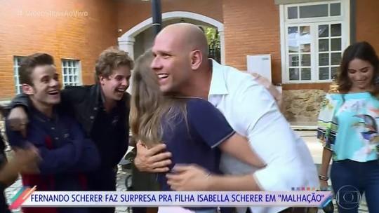 Isabella Scherer é surpreendida pelo pai Xuxa nos bastidores de 'Malhação'