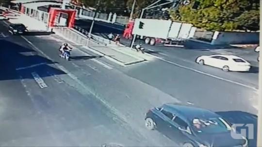Vídeo registra atropelamento de casal em Teresina e polícia busca suspeito