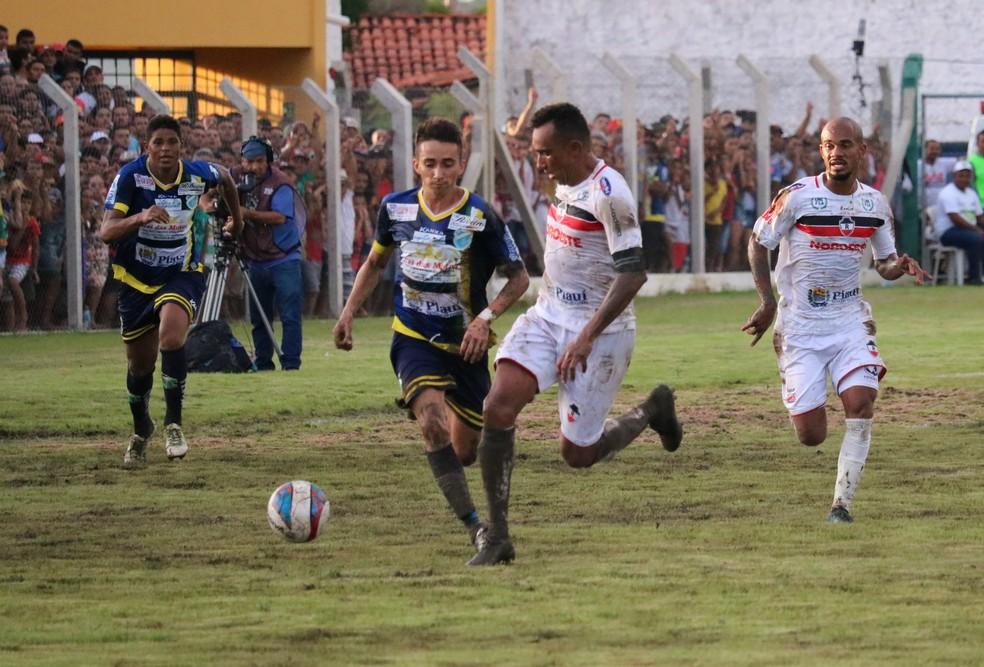Esquerdinha conquista bicampeonato piauiense com o Altos e marca gol na final contra o River-PI (Foto: Wenner Tito)