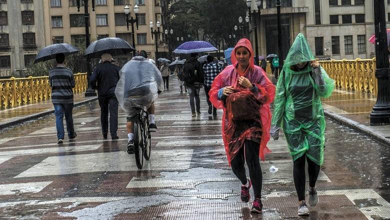 Chuva e frio em SP (Foto: Cris Faga/Folhapress)