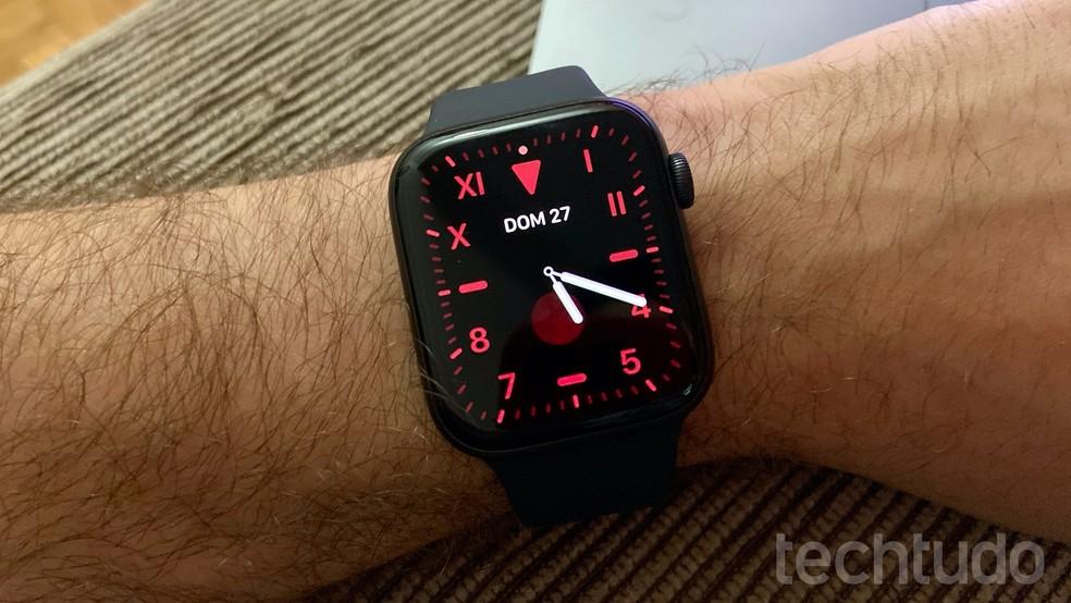 Faces foram refeitas no Apple Watch 5 para funcionar com painel LPTO — Foto: Thássius Veloso/TechTudo