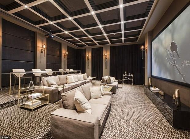 A sala de cinema agrega valor ao lazer da mansão (Foto: Realtor/ Reprodução)